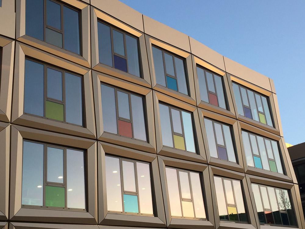 gevel met bronskleurige beplating stadhuis Zoetermeer
