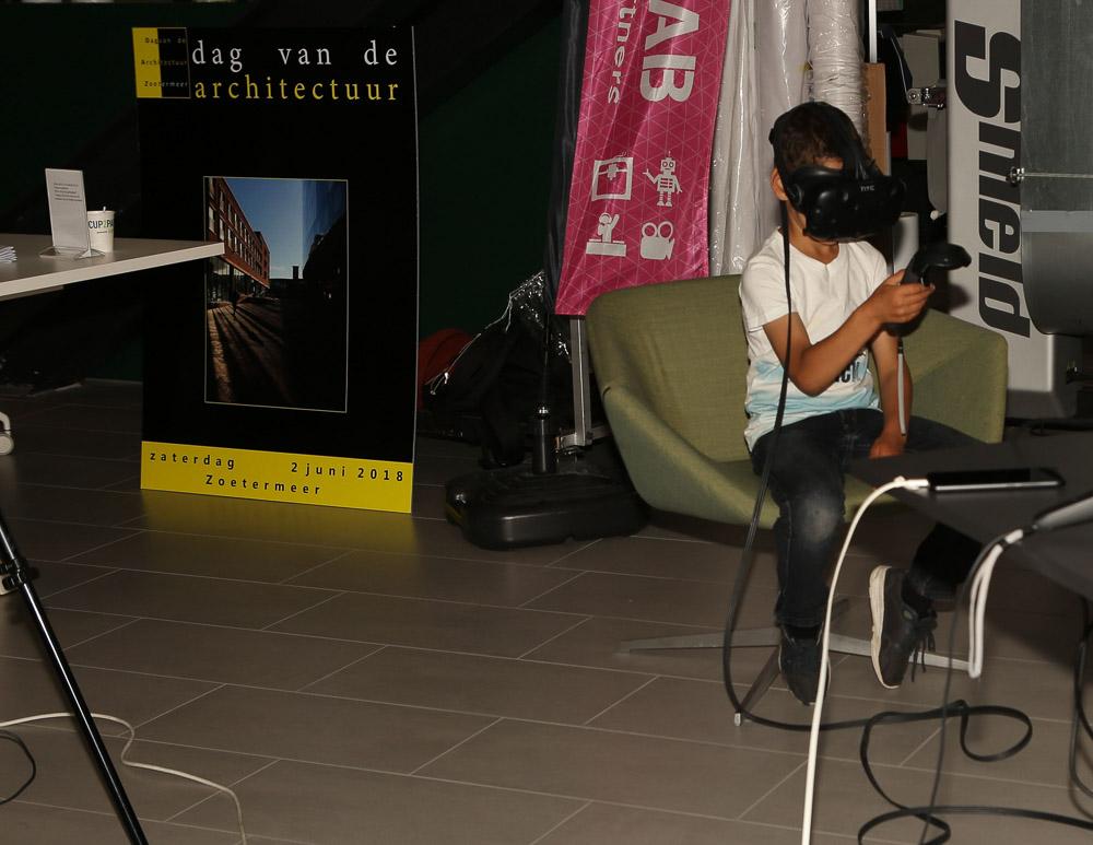 kijken door een virtual reality bril