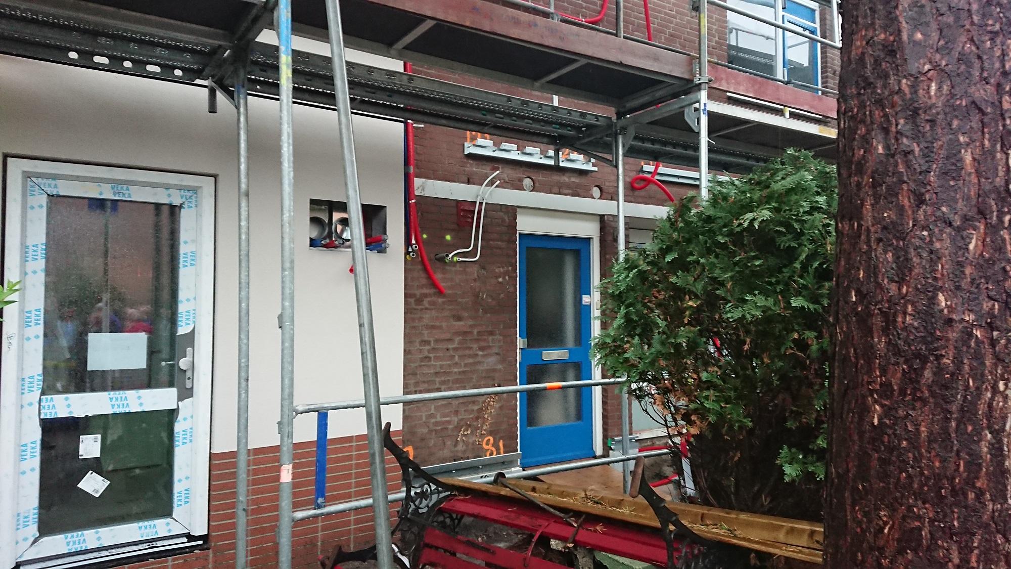 oude en nieuwe gevel tijdens renovatie naar nul op de meter woning