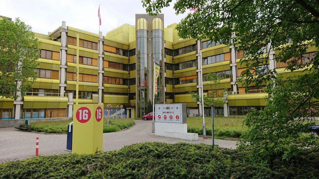 gevel van kantoorgebouw de unie met opvaa\llend geel- groene kleur