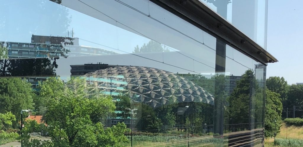 sportkoepel olympus reflectie in het glas