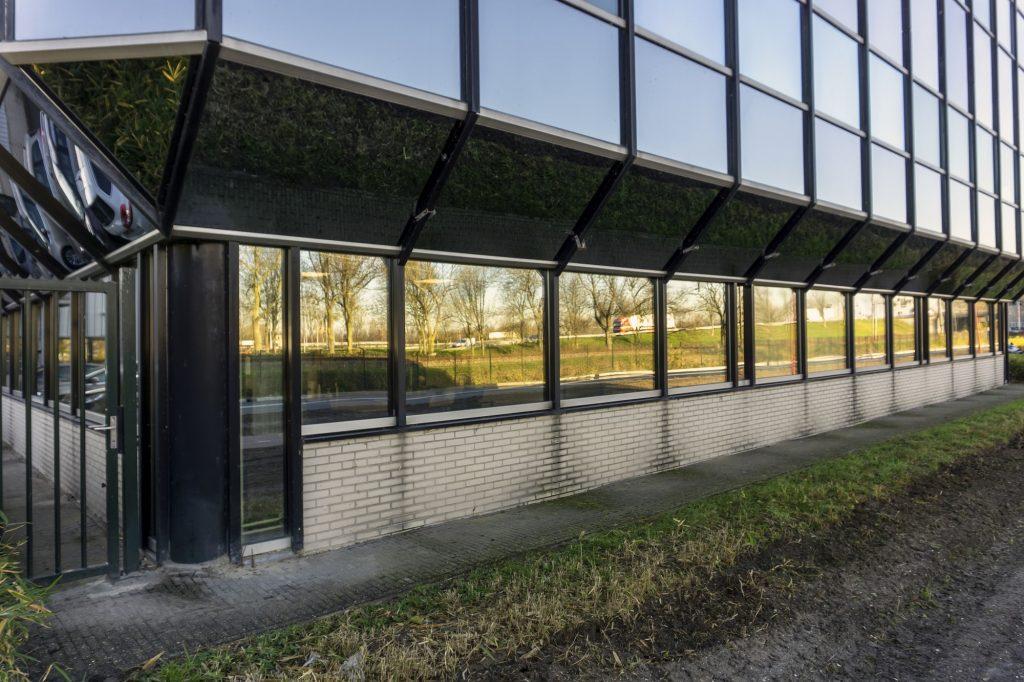 Spiegelglas in de geven van kantoorgebouw van kempen en begeer
