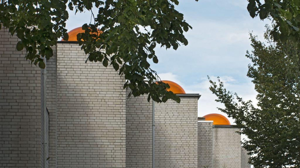 De karakteristieke oranje koepels van de koepelwoningen