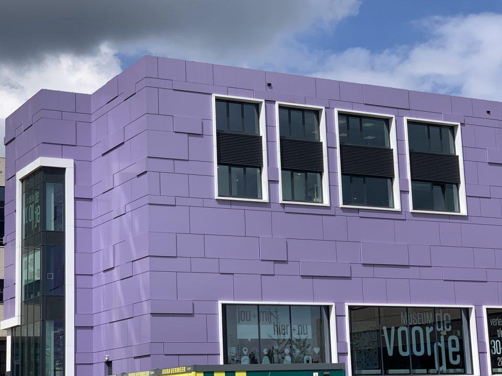museum de voorde met opvallend paarse gevel