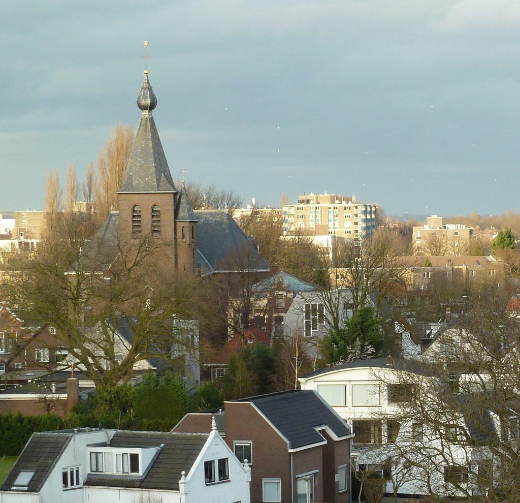 nicolaaskerk in zoetermeer met karakteristieke ui op de kerktoren