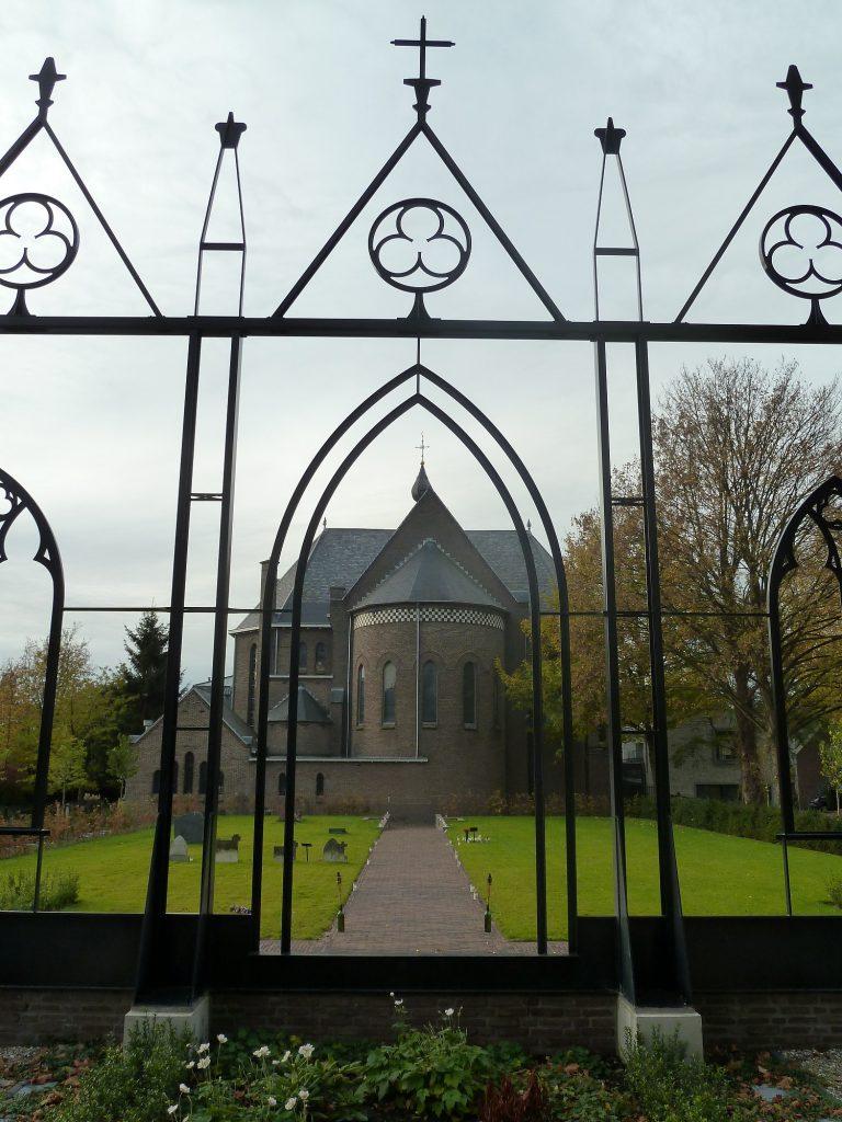 vorm van het hek weerspiegeld de vorm van de kerk